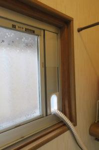 窓パネルの穴に配管を通す